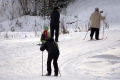 Лыжник на шоссе в спорт зимы с космосом для вашей картины установк-иллюстрации для Олимпиад зимы Стоковые Фотографии RF