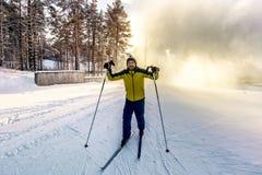 Лыжник представляя на наклонах катаясь на лыжах в древесинах Стоковая Фотография RF