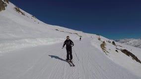 Лыжник свертывает вниз высекая наклон катания на лыжах зимы в горы видеоматериал