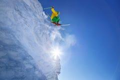 Лыжник скача против голубого неба от утеса Стоковое фото RF