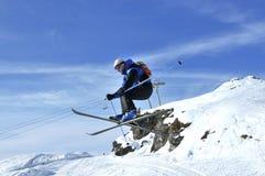 лыжник скачки airoski длинний выполняя Стоковые Изображения RF