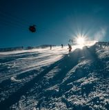 Лыжник сползает вниз на наклон снега Стоковые Фото