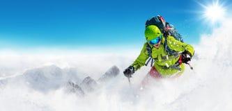 Лыжник Freeride на бежать piste покатый Стоковые Изображения RF