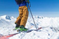 Лыжник Freeride на верхней части горы Стоковые Фото