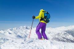 Лыжник Freeride на верхней части горы Стоковое фото RF