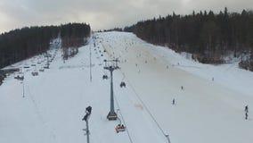 Лыжный курорт #16, лыжники, подвесной подъемник, воздушная панорама видеоматериал