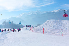 Лыжный курорт Bansko, Болгария, люди, Mountain View стоковое фото