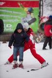 Лыжный курорт Protasov Украины, Киева Yar 25-ое января 2015 Горнолыжный склон в центре города Лыжная школа для детей Инструктор стоковое изображение rf