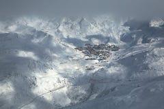 Лыжный курорт Val Thorens в расстоянии Стоковое фото RF