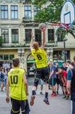 ЛЬВОВ, УКРАИНА - ИЮНЬ 2016: Баскетболисты играют на квадрате в баскетболе улицы, бое streetball скача для Стоковое Изображение