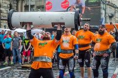 ЛЬВОВ, УКРАИНА - ИЮНЬ 2016: Сильный сильный человек культуриста спортсмена надутый с красивым телом для того чтобы поднять тяжелу Стоковое фото RF
