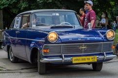 ЛЬВОВ, УКРАИНА - ИЮНЬ 2018: Старый винтажный ретро автомобиль Opel едет через улицы города стоковые фотографии rf