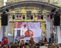 Львов Украина июнь 2015: Фестиваль 2015 джаза альфы Трио контраста диапазонов музыканта выполняет перед вентиляторами аудитории н Стоковое Изображение