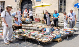 Львов, Украина - июль 2015: Люди и женщины выбирают и покупка, и продавцы продают старые редкие книги и винтажные детали в метке  Стоковое Фото