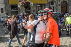ЛЬВОВ, УКРАИНА - МАЙ 2018: Велосипедист в форме велосипеда делает selfie на телефоне на партии велосипедиста в центре города Стоковое фото RF