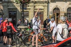 ЛЬВОВ, УКРАИНА - МАЙ 2018: Велосипедист в форме велосипеда делает selfie на телефоне на партии велосипедиста в центре города Стоковые Фото