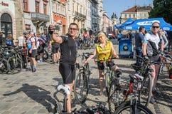 ЛЬВОВ, УКРАИНА - МАЙ 2018: Велосипедист в форме велосипеда делает selfie на телефоне на партии велосипедиста в центре города Стоковые Изображения RF