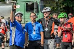 ЛЬВОВ, УКРАИНА - МАЙ 2018: Велосипедист в форме велосипеда делает selfie на телефоне на партии велосипедиста в городе Стоковое Изображение RF