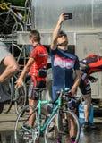 ЛЬВОВ, УКРАИНА - МАЙ 2018: Велосипедист в форме велосипеда делает selfie на телефоне на партии велосипедиста в городе Стоковая Фотография RF
