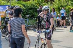 ЛЬВОВ, УКРАИНА - МАЙ 2018: Эмоциональное приветствие на отделке спортсмена и награждать ` s велосипедиста его с медалью Стоковые Фото