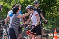 ЛЬВОВ, УКРАИНА - МАЙ 2018: Эмоциональное приветствие на отделке спортсмена и награждать ` s велосипедиста его с медалью Стоковая Фотография