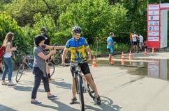 ЛЬВОВ, УКРАИНА - МАЙ 2018: Эмоциональное приветствие на отделке спортсмена и награждать ` s велосипедиста его с медалью Стоковое фото RF