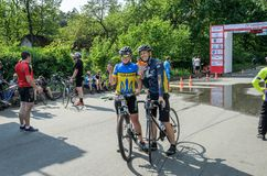 ЛЬВОВ, УКРАИНА - МАЙ 2018: Эмоциональное приветствие на отделке спортсмена и награждать ` s велосипедиста его с медалью Стоковые Изображения RF