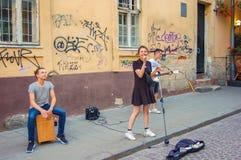 Львов, Украина, 27-ое июня 2017 3 музыканта улицы в старой части Львова летом стоковое изображение