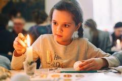 Львов, УКРАИНА - 11-ое марта 2018 девушка пасхальныхя меньшяя картина Пасхальные яйца украинца крася мастерскую стоковая фотография