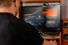 ЛЬВОВ, УКРАИНА - 8-ОЕ МАРТА 2019: Иллюстрация мира компютерной игры танков, показывая человека играя эту игру стоковые изображения