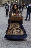 ЛЬВОВ, УКРАИНА - 15-ое ноября: Девушка в красивом костюме продает конфету в рыночной площади Львова, 15-ое ноября 2015 в Львове,  Стоковые Изображения