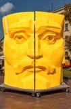 ЛЬВОВ, УКРАИНА - 9-ОЕ СЕНТЯБРЯ 2016: Театр Львова национальный академичный зоны оперы и желтой статуи стоковое фото rf