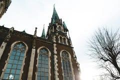 Львов, Украина - 4-ое февраля 2018: Церковь St Элизабета в Львове в архитектуре зимы, барочных и готических, больших панорамных о Стоковое фото RF