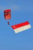 львы парашютируя красный singapore флага Стоковое фото RF