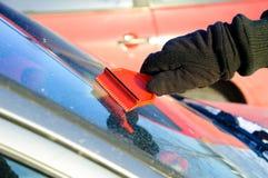 льдед автомобиля извлекая выскабливая снежок Стоковое Изображение RF