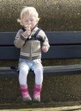 льдед девушки конуса cream наслаждаясь немного Стоковое Изображение