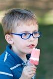 льдед еды мальчика cream немного Стоковое Фото
