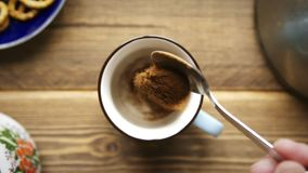Льет растворимый кофе в чашку видеоматериал