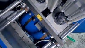 ЛЮБИМЧИК разливает производственную линию по бутылкам Взгляд конца-вверх машины дуновени-прессформы внутри камеры сток-видео