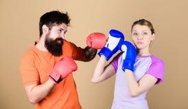 Любительский кладя в коробку клуб Равные возможности Прочность и сила Человек и женщина в перчатках бокса Быть осторожным Спорт б стоковое изображение