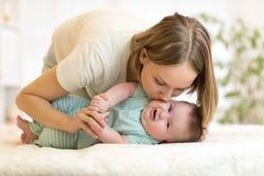 любить семьи счастливый младенец ее играть мати Стоковое Фото