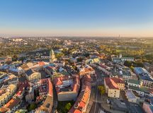 Люблин от взгляда глаза ` s птицы Ландшафт старого городка с Trinitarian башней и стробом Krakowska Стоковая Фотография