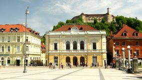 Любляна, Словения - 6-ое мая 2018 - квадрат конгресса и замок на яркий солнечный день, Любляна Любляны, Словения акции видеоматериалы