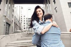 любовная история девушки сада мальчика целуя Гай в рубашке шотландки обнимает девушку Стоковая Фотография