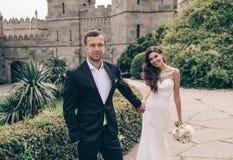 любовная история девушки сада мальчика целуя Фото свадьбы красивых нежных пар Стоковое Изображение RF