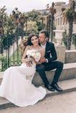 любовная история девушки сада мальчика целуя Фото свадьбы красивых нежных пар Стоковая Фотография RF