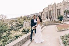 любовная история девушки сада мальчика целуя Фото свадьбы красивых нежных пар Стоковые Изображения
