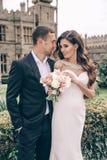 любовная история девушки сада мальчика целуя Фото свадьбы красивых нежных пар Стоковые Фото