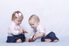 Любовная история 2 милых детей Младенческий ребёнок и мальчик играя с красочными шариками стоковые изображения rf