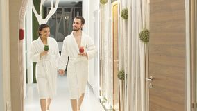2 любовника идут вниз с коридора для обработок во спа o видеоматериал